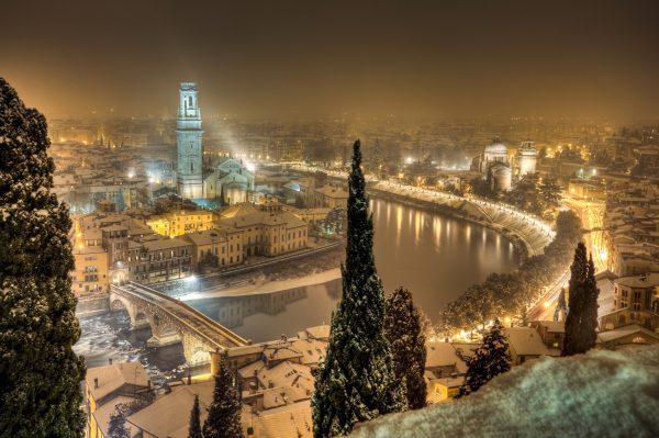Ночная Верона в снегу
