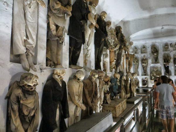 Останки людей в погребальных катакомбах капуцинов