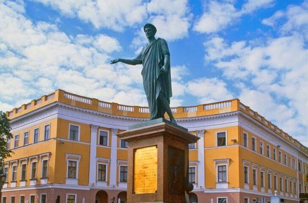 Памятник Дюку де Ришелье на Приморском бульваре в Одессе