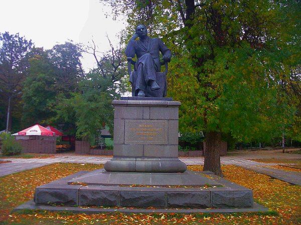 Памятник К. А. Тренёву в парке Симферополя