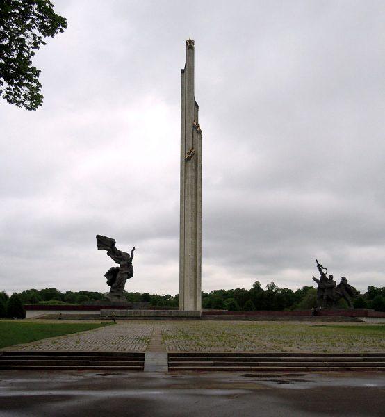 Памятник освободителям Риги в Латвии
