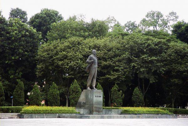 Памятник в парке имени Ленина в Ханое