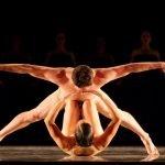 Пара танцовщиков на сцене