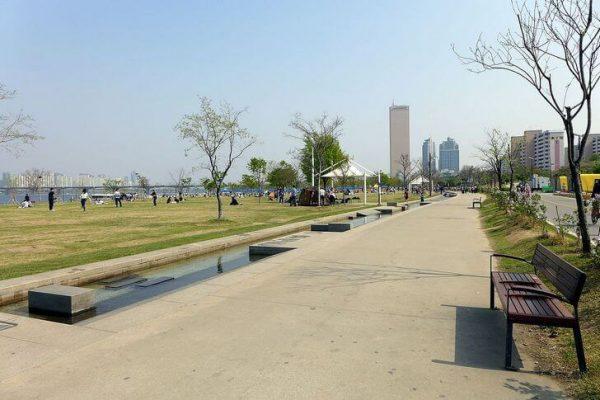 Парк Ханган на берегу реки в Сеуле
