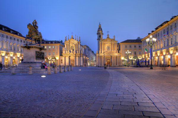Площадь Сан-Карло в Турине вечером