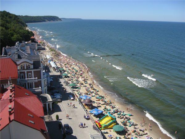 Пляж и набережная Светлогорска с отдыхающими