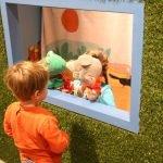 Ребёнок смотрит кукольный спектакль