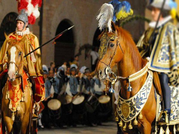 Рыцари на лошадях готовятся к турниру