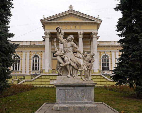 Скульптура «Лаокоон» напротив Одесского археологического музея