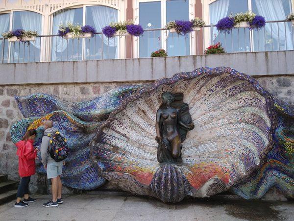 Люди около скульптуры «Нимфа» в Светлогорске