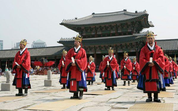Служители около храма Чонмё в Сеуле