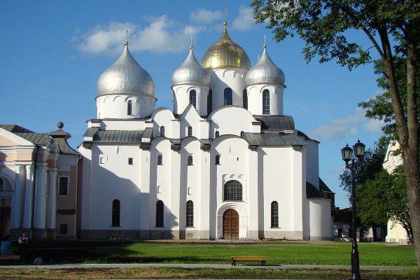Софийский собор с красивыми куполами в Новгороде