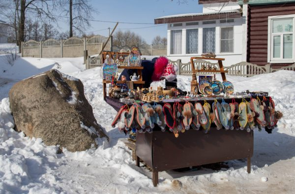 Стол с сувенирами в Мышкине зимой