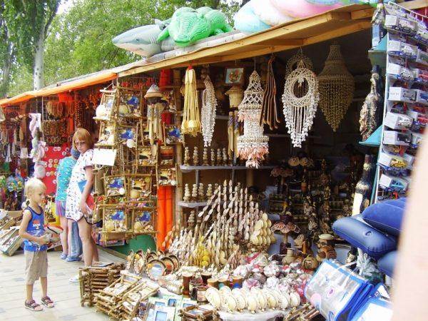 Сувениры из дерева на одной из улиц Анапы