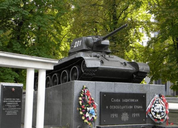 Танк-памятник в Симферополе