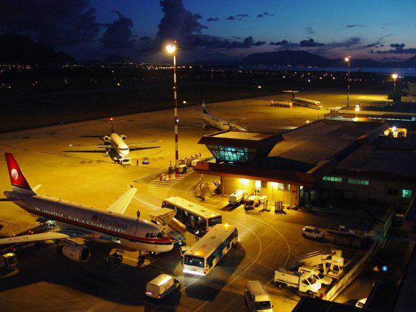 Территория аэропорта имени Фальконе Борселлино вечером