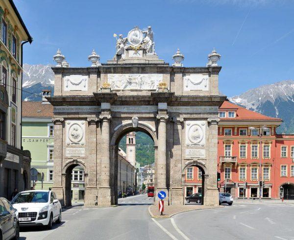 Триумфальная арка на улице Марии-Терезии в в Инсбруке