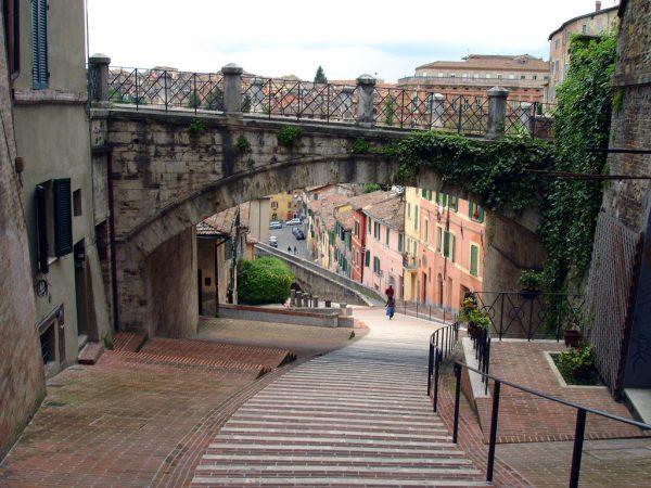 Улочка-акведук с аркой над ней