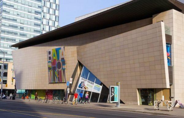Вход в музей обуви Бата в Торонто