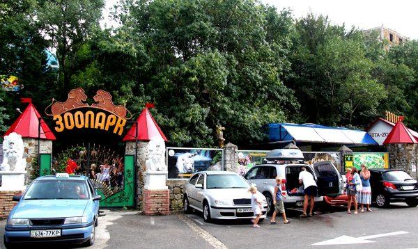 Вход в ялтинский зоопарк «Сказка»