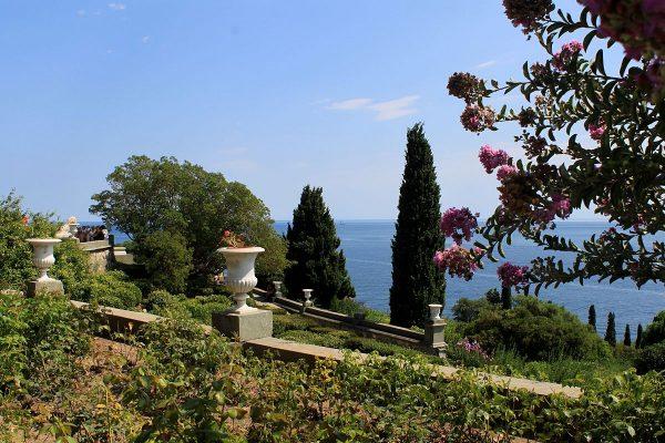 Вид из Алупкинского парка в Крыму