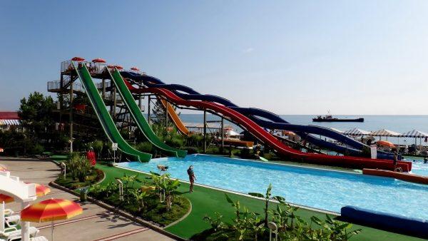 Вид на аквапарк «Маяк» в Сочи