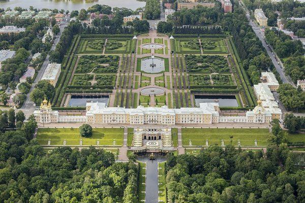 Вид на дворцы Петергофа в Санкт-Петербурге
