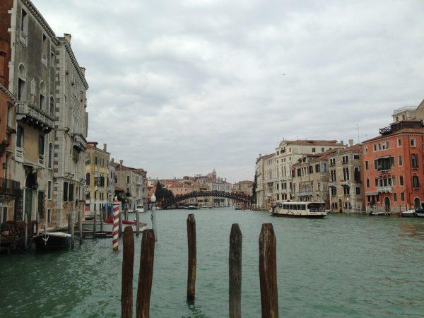 Вид на Гранд-канал с террасы музея Пегги Гуггенхайм в Венеции