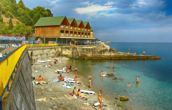 Вид на пляж «Воронцовские купальни» в Алупке