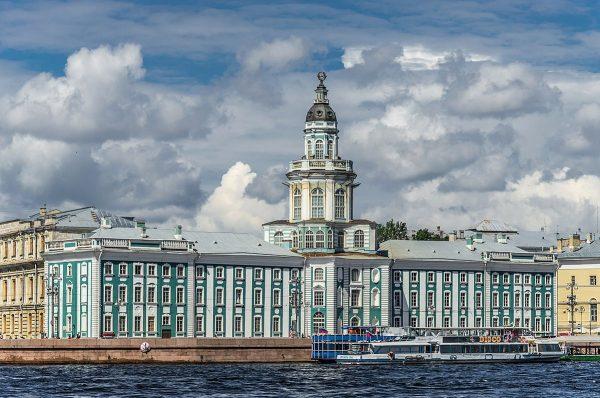 Вид на здание Кунсткамеры в Санкт-Петербурге
