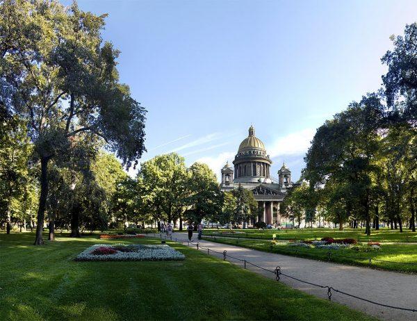 Вид в Александровском саду Санкт-Петербурга