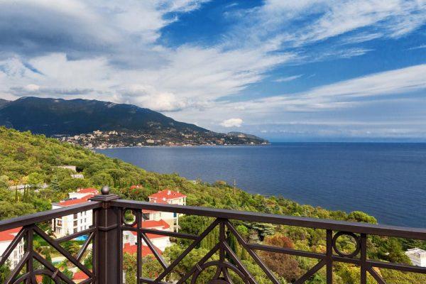 Вид на побережье Чёрного моря и Ялту