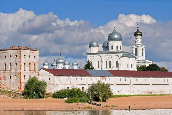 Юрьев монастырь недалеко от реки в Новгороде