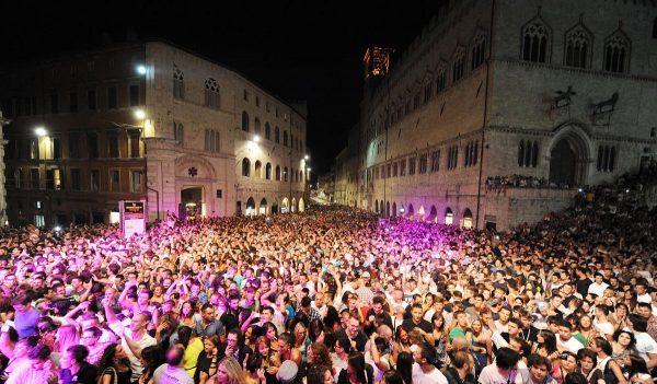 Заполненная людьми площадь Перуджи во время проведения фестиваля