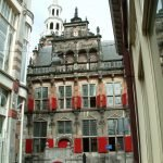 Здание старой ратуши между домами