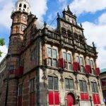 Здание старой ратуши на фоне голубого неба