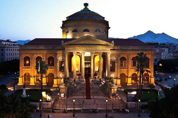Здание театра Массимо в Палермо вечером