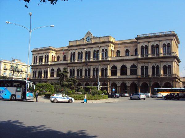 Здание железнодорожного вокзала в Палермо