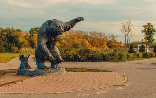 Скульптура медведя в парке Тысячелетия