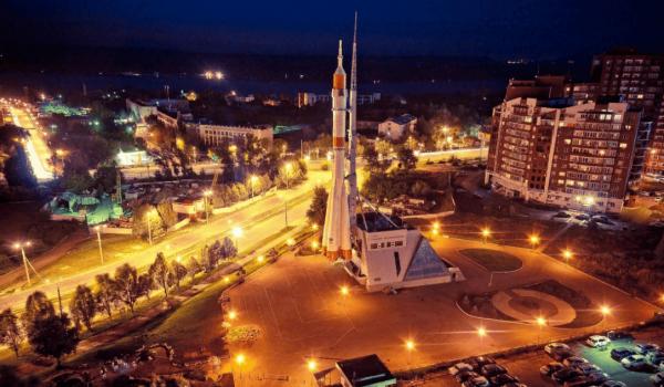 Музейно-выставочный центр «Самара космическая» ночью