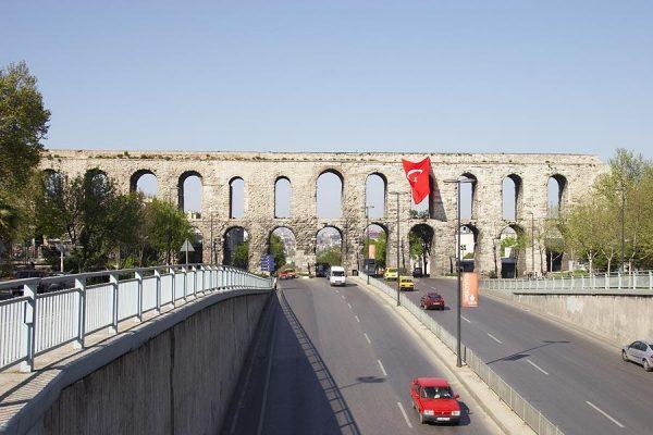 Акведук Валента над бульваром в Стамбуле