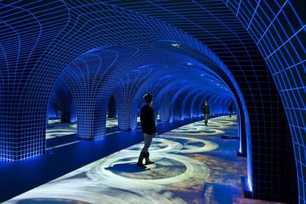 Арочное подземелье, украшенное светодиодной сеткой