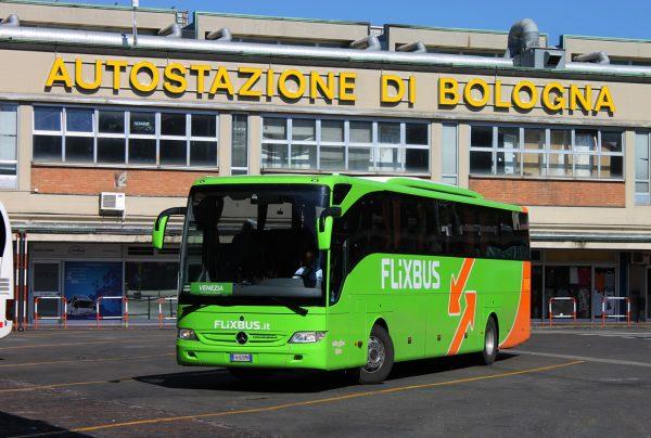 Автобус компании Flixbus на территории автовокзала