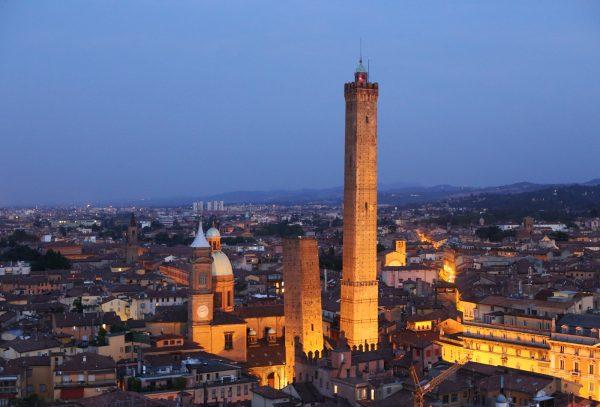 Башни Азинелли и Гарисенда на фоне вечернего города