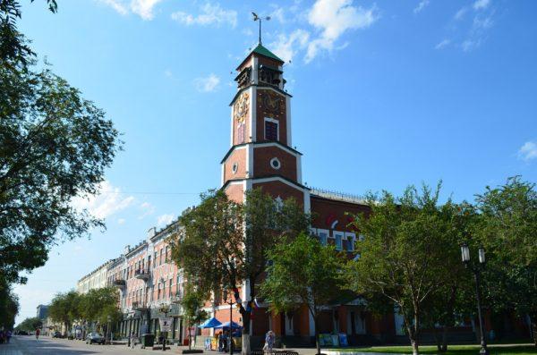 Башня с курантами на улице Советской в Оренбурге