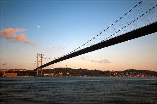 Босфорский мост через пролив в Стамбуле