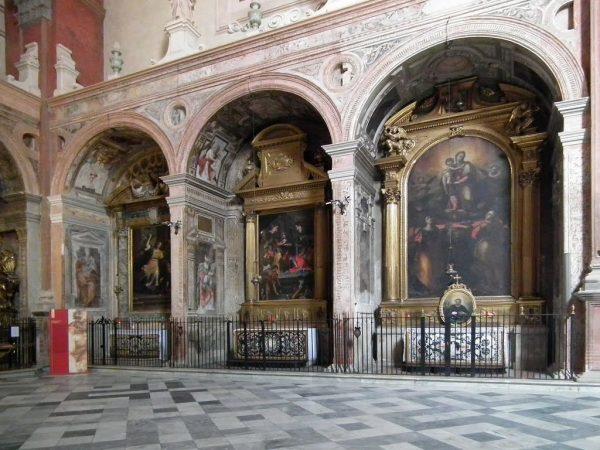 Часовни внутри арок в церкви Сан-Джакомо