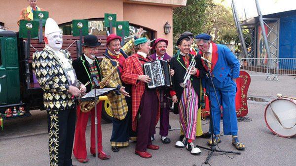 Цирковая труппа выступает на улице