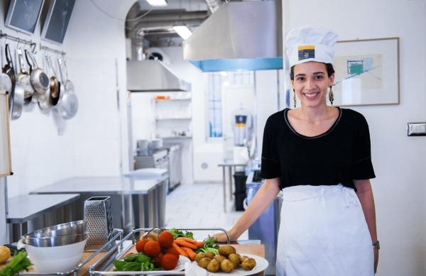 Девушка-повар готовится к проведению кулинарного мастер-класса