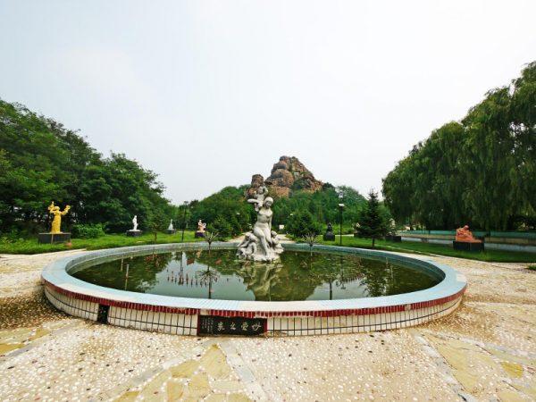 Фонтан со скульптурой в парке Матери